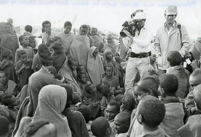 Mo Amin and Michael Buerk in Korem Relief Camp, Ethiopia, 1984. Photo credit: Camerapix